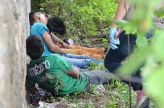 ACAPULCO, GUERRERO, 12SEPTIEMBRE2017.- Este martes se presentaron ocho ejecuciones en la ciudad y localidades vecinas. Durante la tarde se registraron cuatro ejecutados en Coyuca de Benítez. Tres jóvenes fueron ejecutados en la colonia Morelos de Acapulco entre ellos una mujer (en la imagen). En el lugar de los hechos se encontraron diversas prendas de vestir de mujer y varios casquillos percutidos. Un hombre más fue asesinado en Manzanillo, donde un joven fue acribillado en el interior de un camión urbano, quien murió cuando recibía atención médica. FOTO: BERNANDINO HERNÁNDEZ /CUARTOSCURO.COM